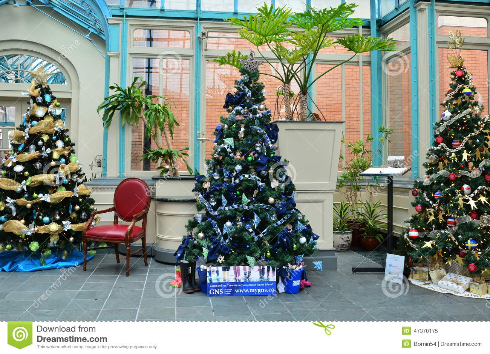 rboles de navidad adornados en la exhibicin imagen editorial