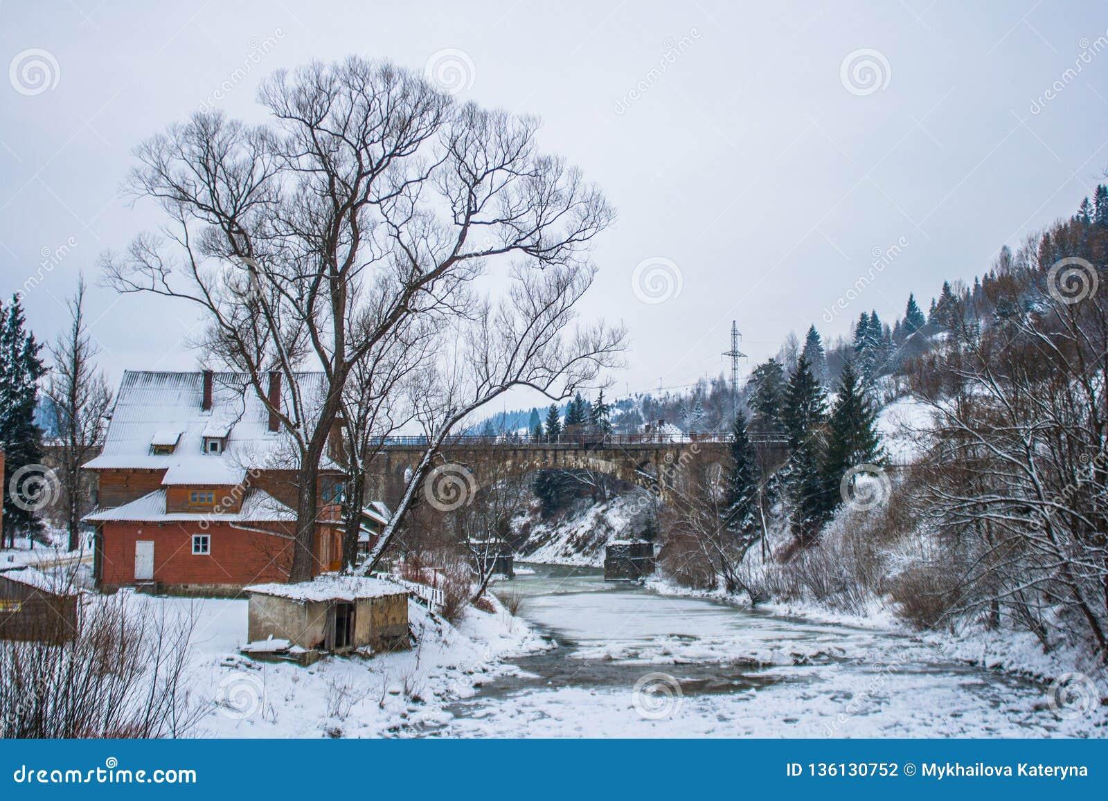 Árboles Nevado del camino nevoso y del bosque del invierno wallpaper Puente y casa viejos