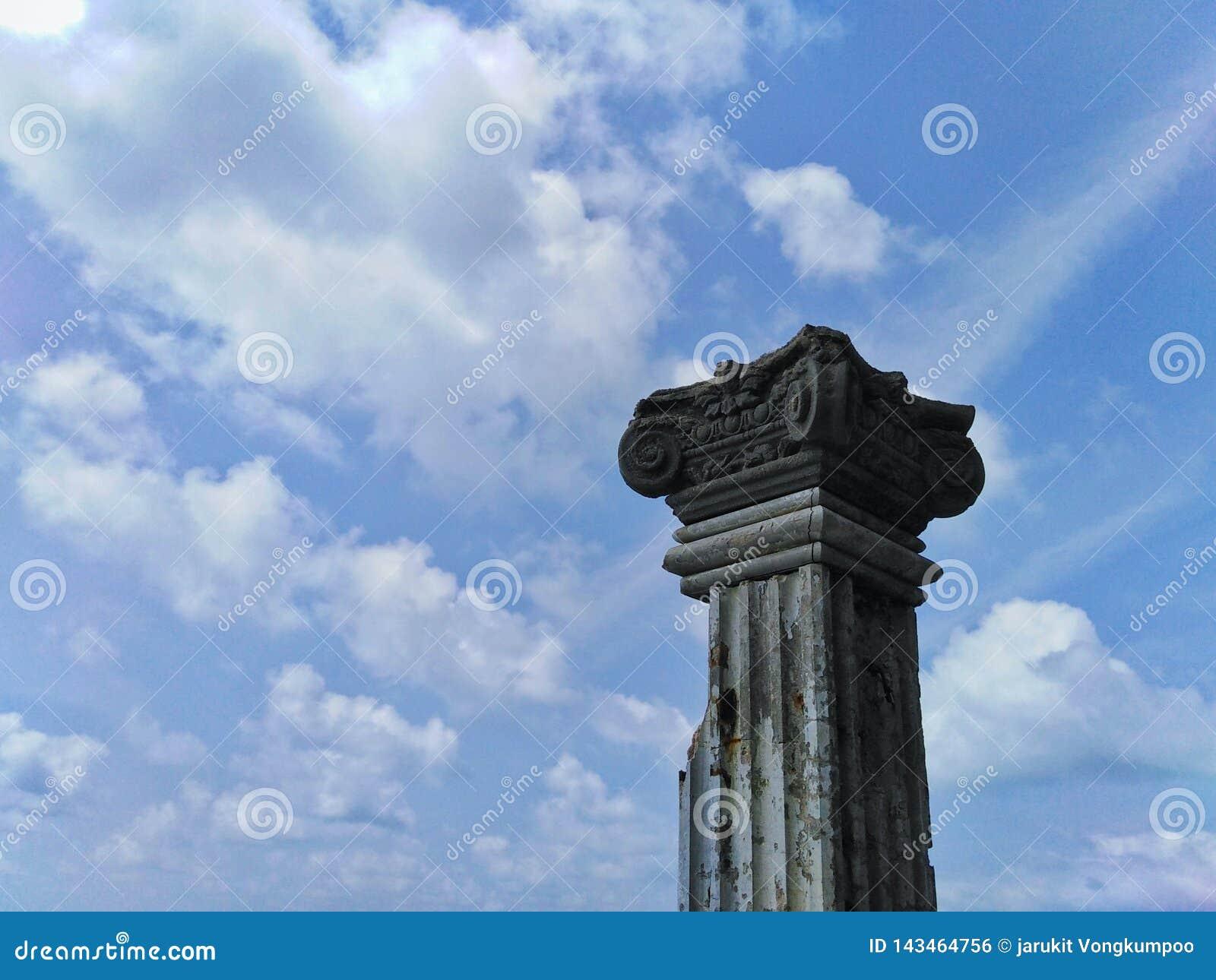 Árboles viejos del pilar con opiniones hermosas del cielo