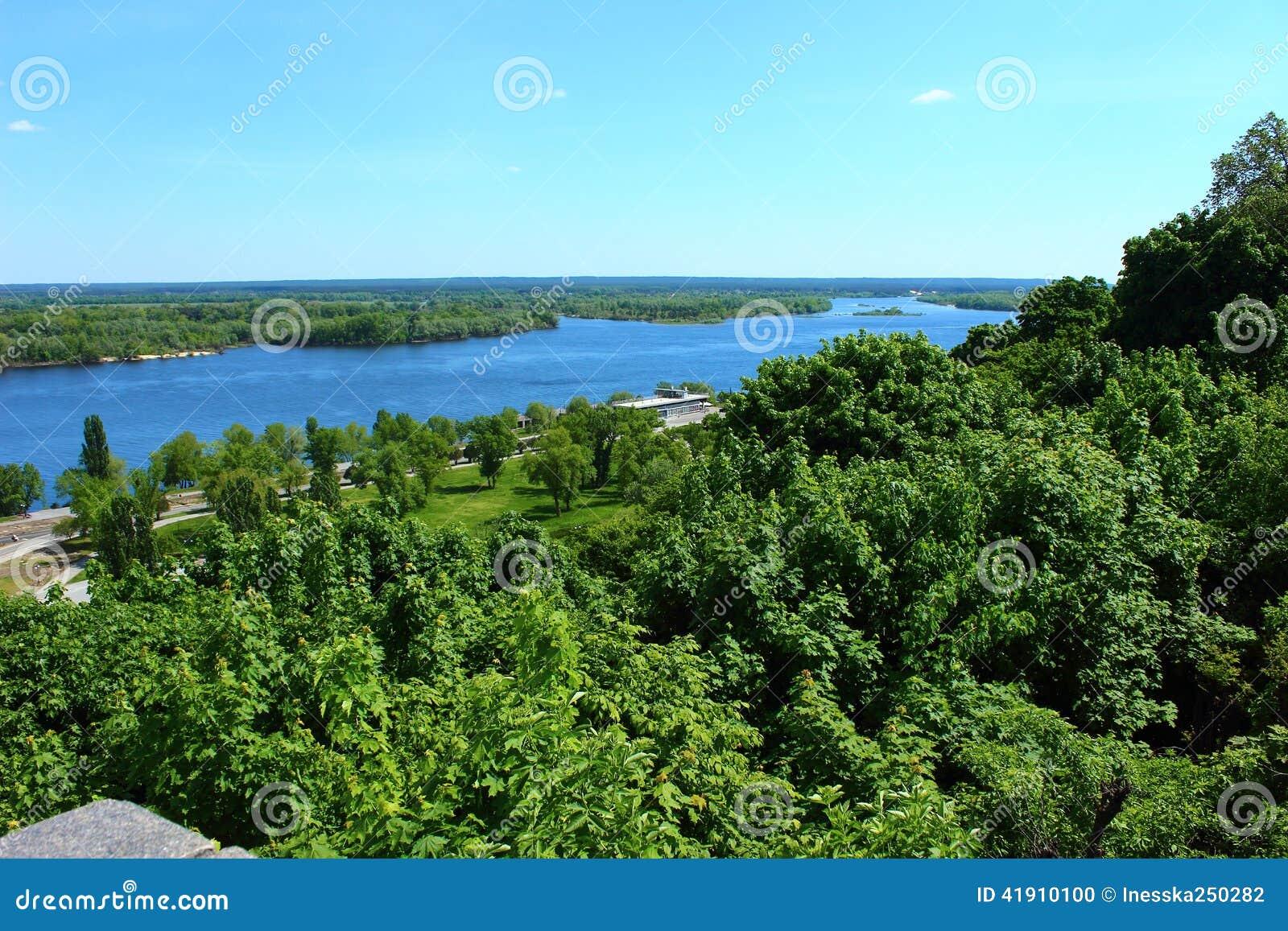 Árboles y el río Dnepr