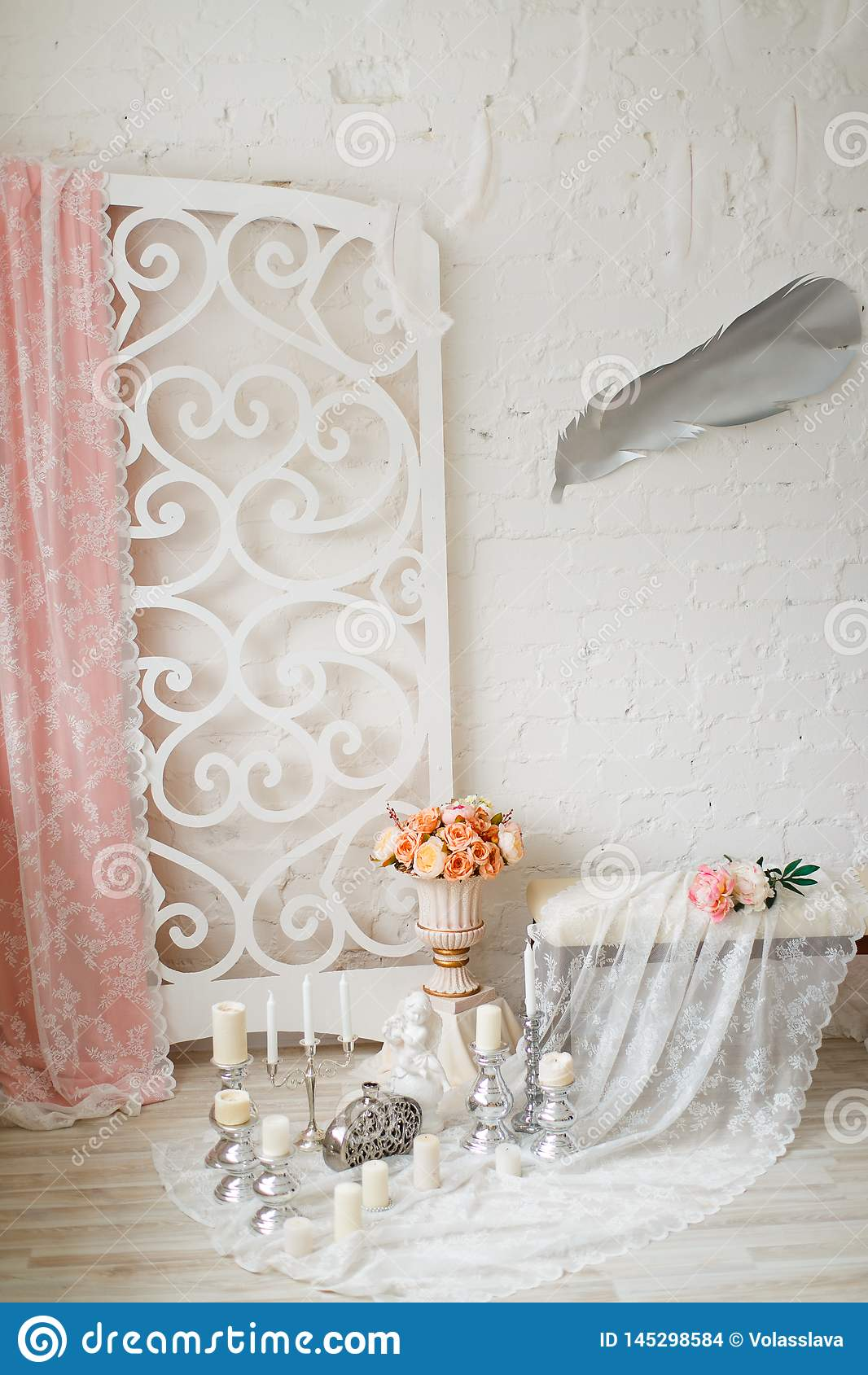 Área adornada con las velas, el cordón y las flores