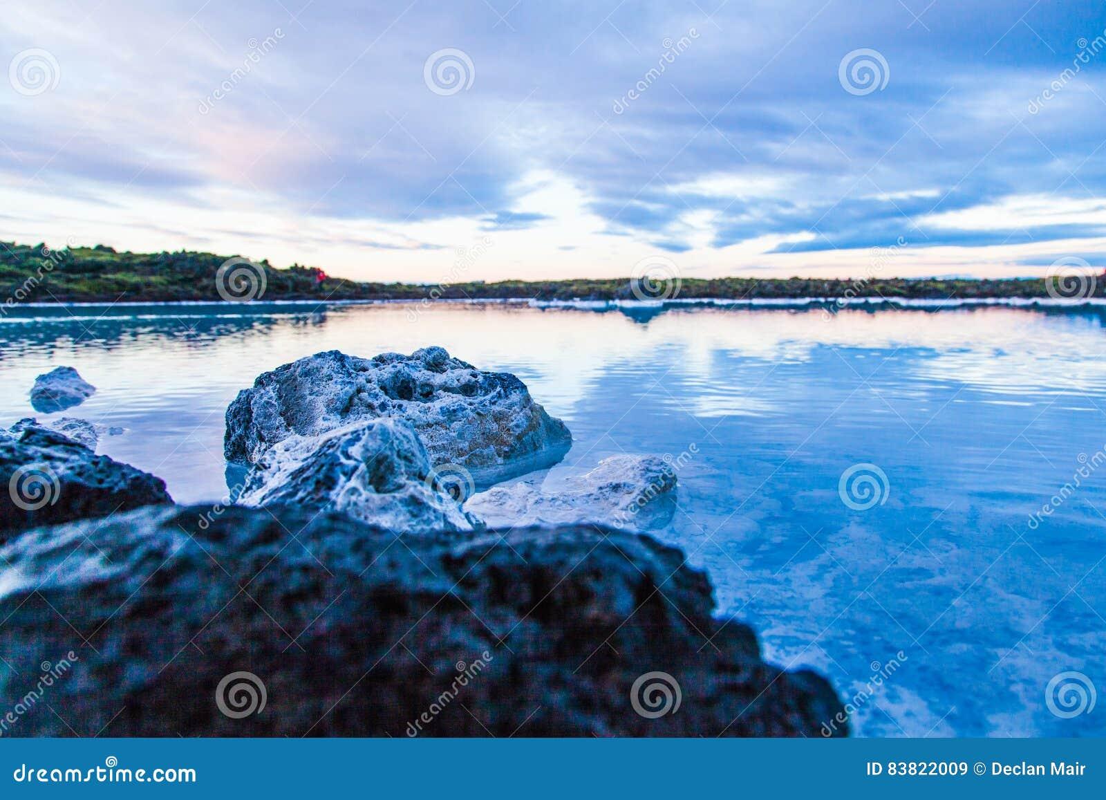 Área azul da lagoa perto de Reykjavik, Islândia