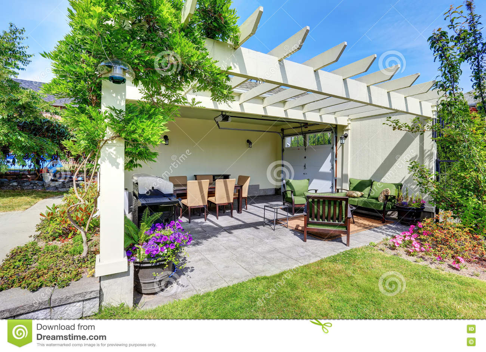 Rea coberta do p tio com as cadeiras exteriores no jardim for Patios exteriores de casas