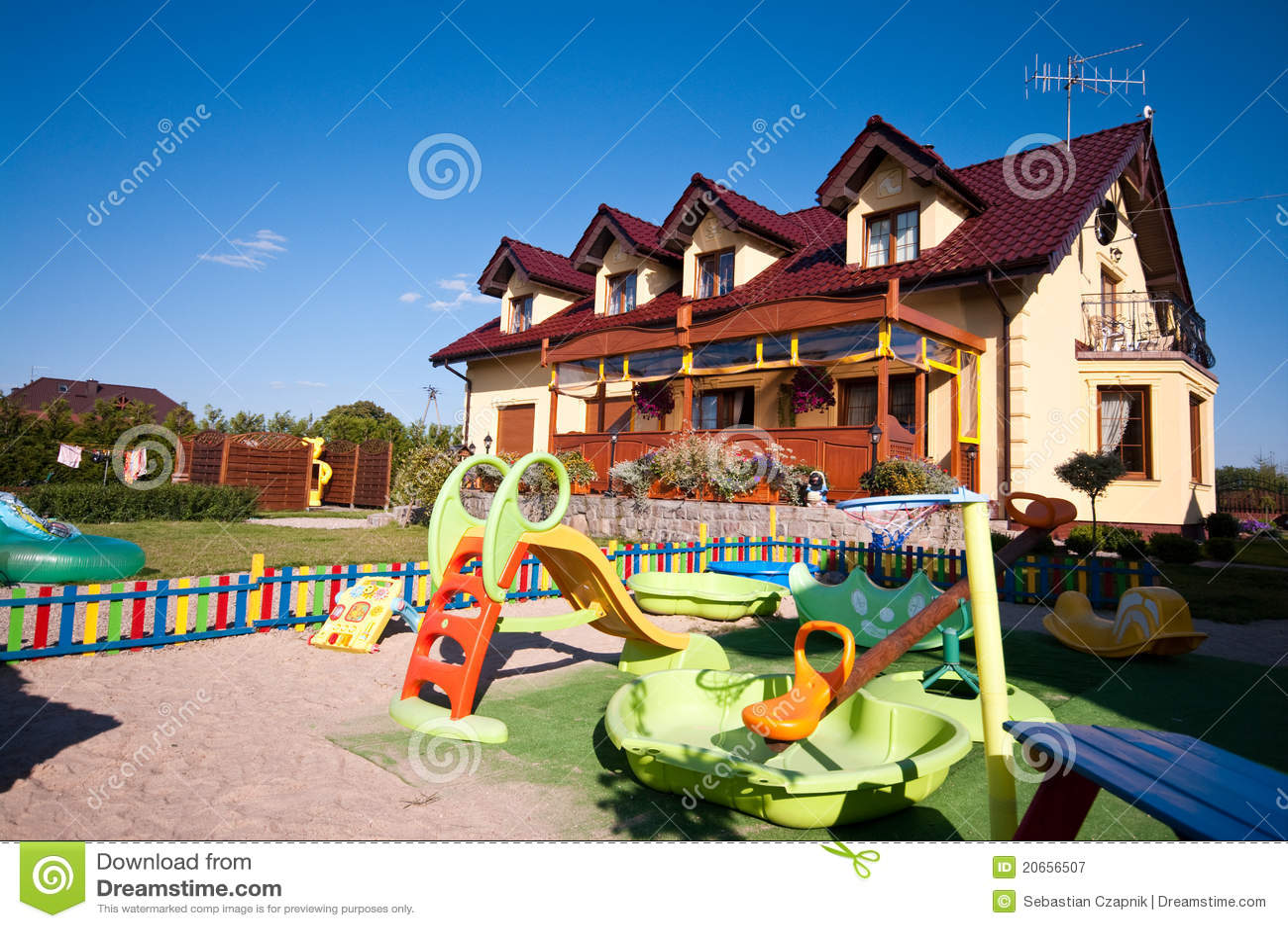 Casa juegos jardin good casita para guarderia parque for Guarderia tu jardin