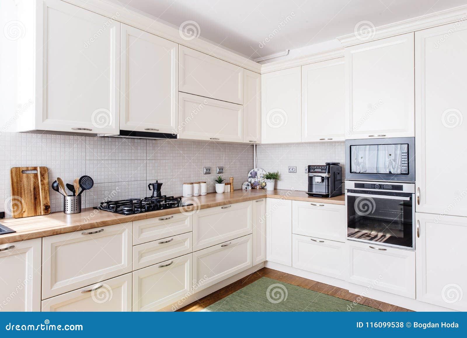 Área De La Cocina En Nuevo Hogar Diseño Moderno Y Muebles Blancos ...