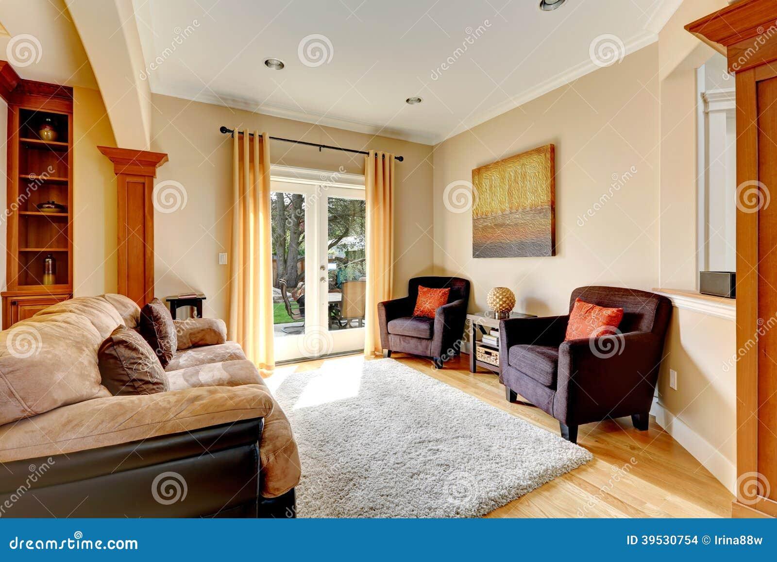 rea de la sala de estar con la puerta al patio trasero