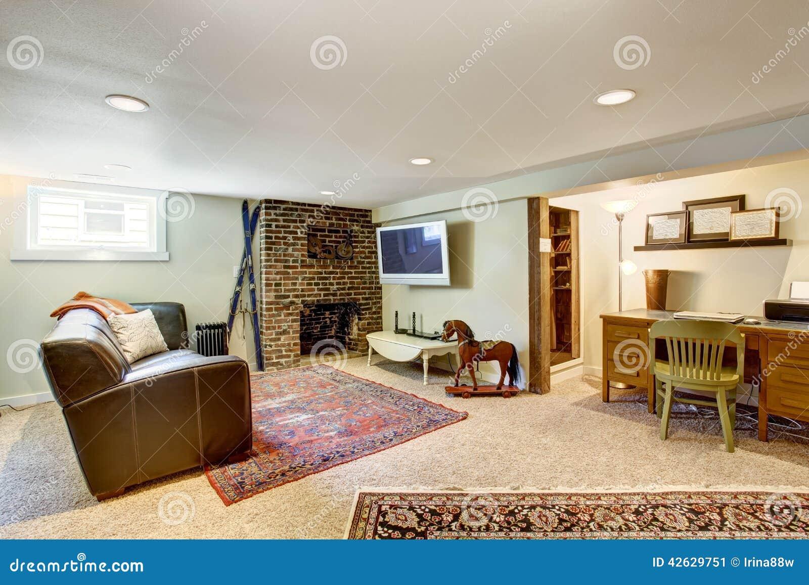Rea de la sala de estar y de la oficina en casa vieja for Sala de estar oficina