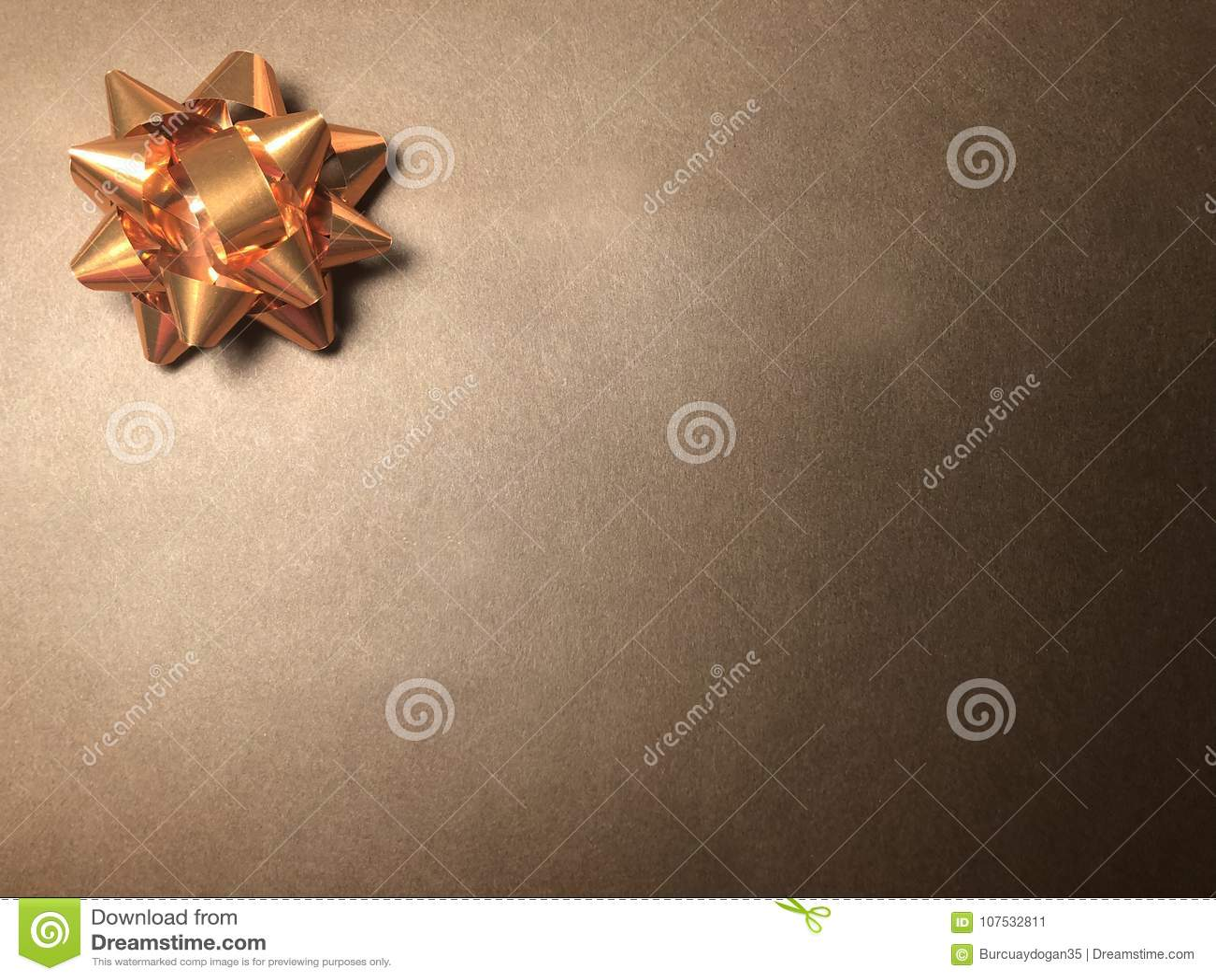 Área de mensaje vacío con el ornamento como la estrella, el documento de nota o marco brillante sobre fondo oscuro y marrón claro