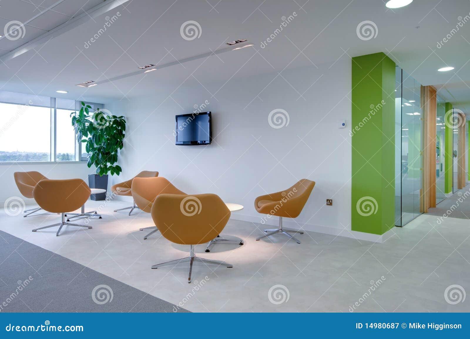 Área de recepción moderna de la oficina