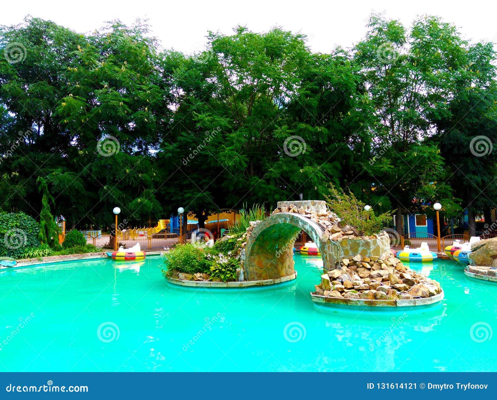 Área de recreação das crianças, lagoa de turquesa no parque
