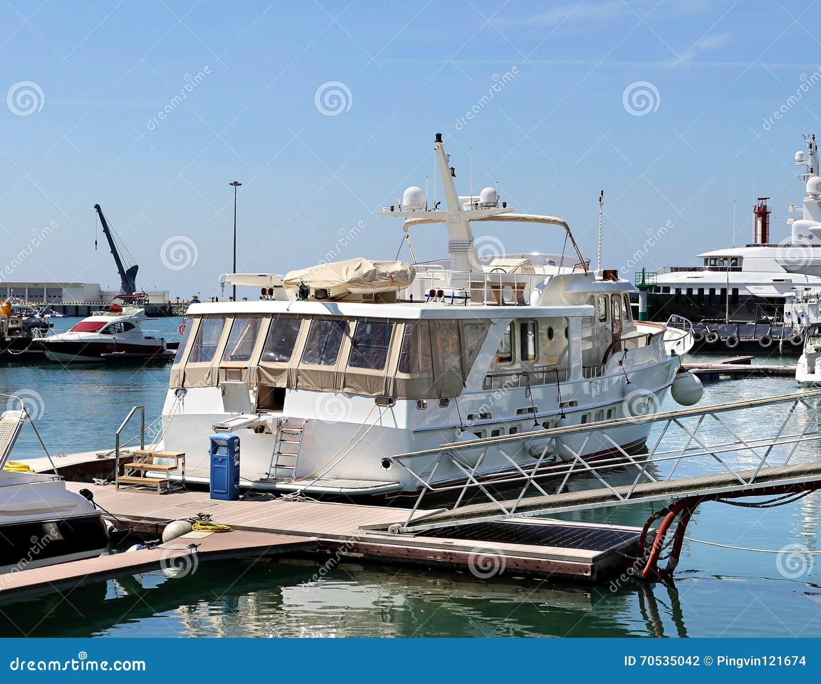 Área del agua del puerto marítimo del pasajero