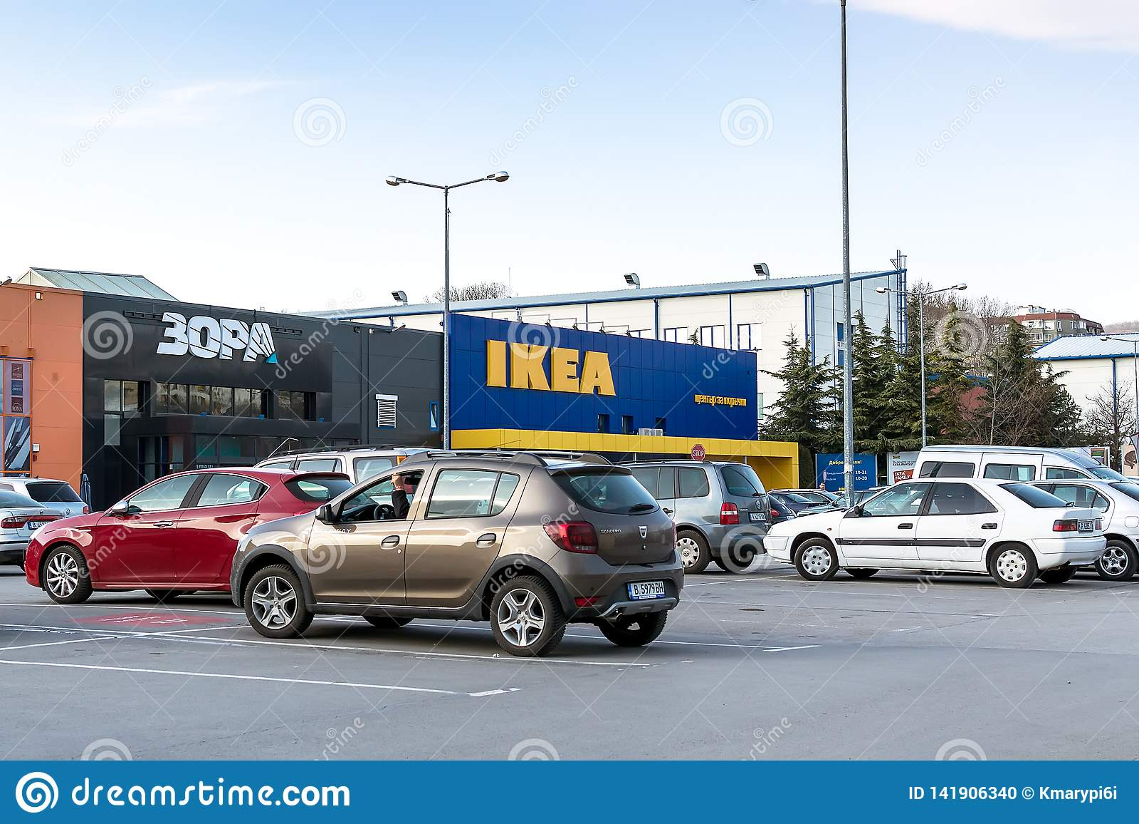 Área del aparcamiento cerca de la entrada del centro de la tienda de IKEA en Varna Colores amarillos y azules de Ikea Cityview en