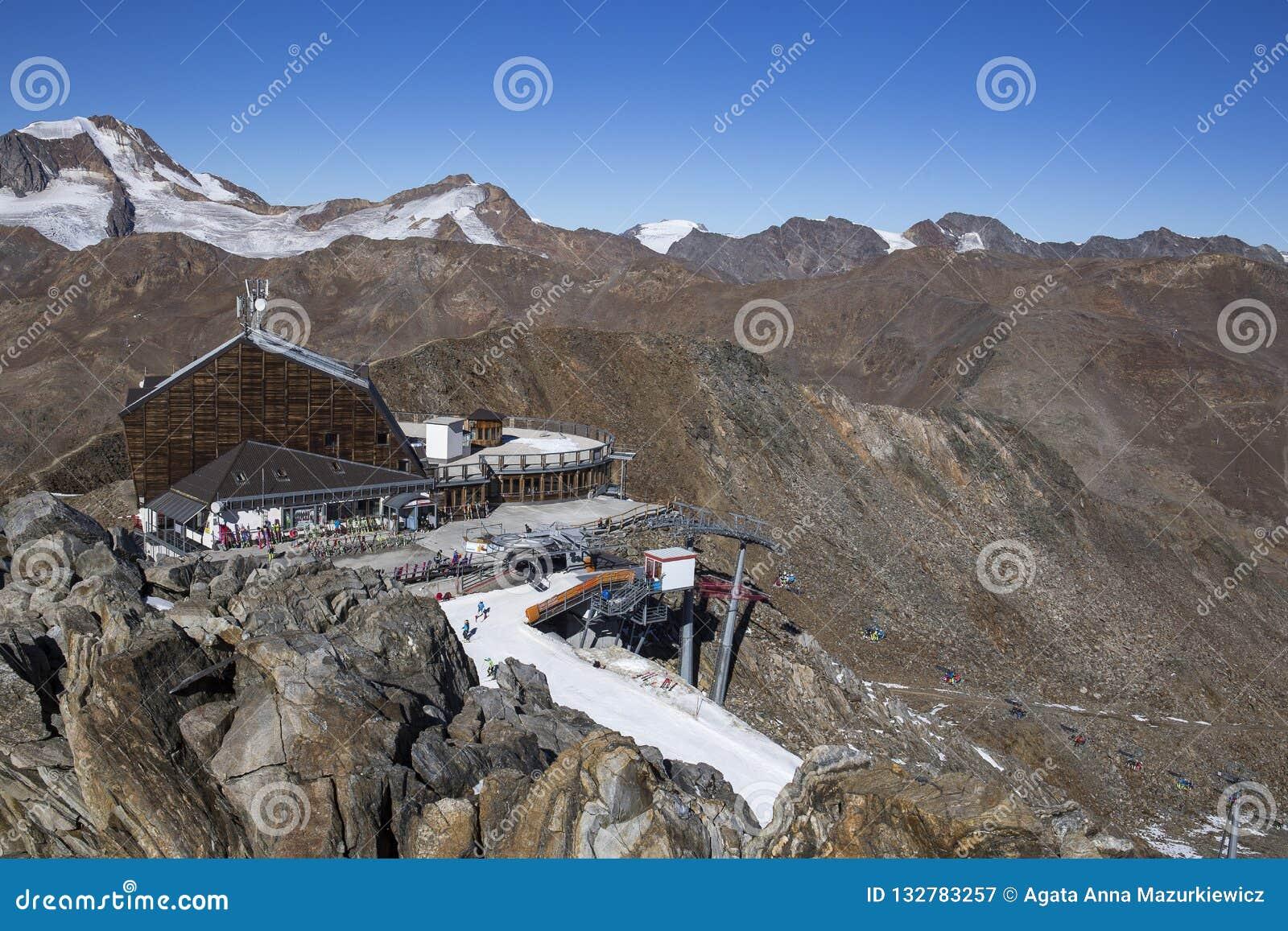Área del esquí en Kurzras Maso Corto - vista del hotel Grawand del glaciar con el comienzo a esquiar piste