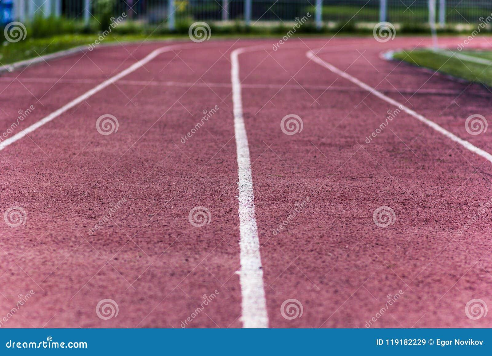 Área do atletismo do estádio vazia em um dia de verão