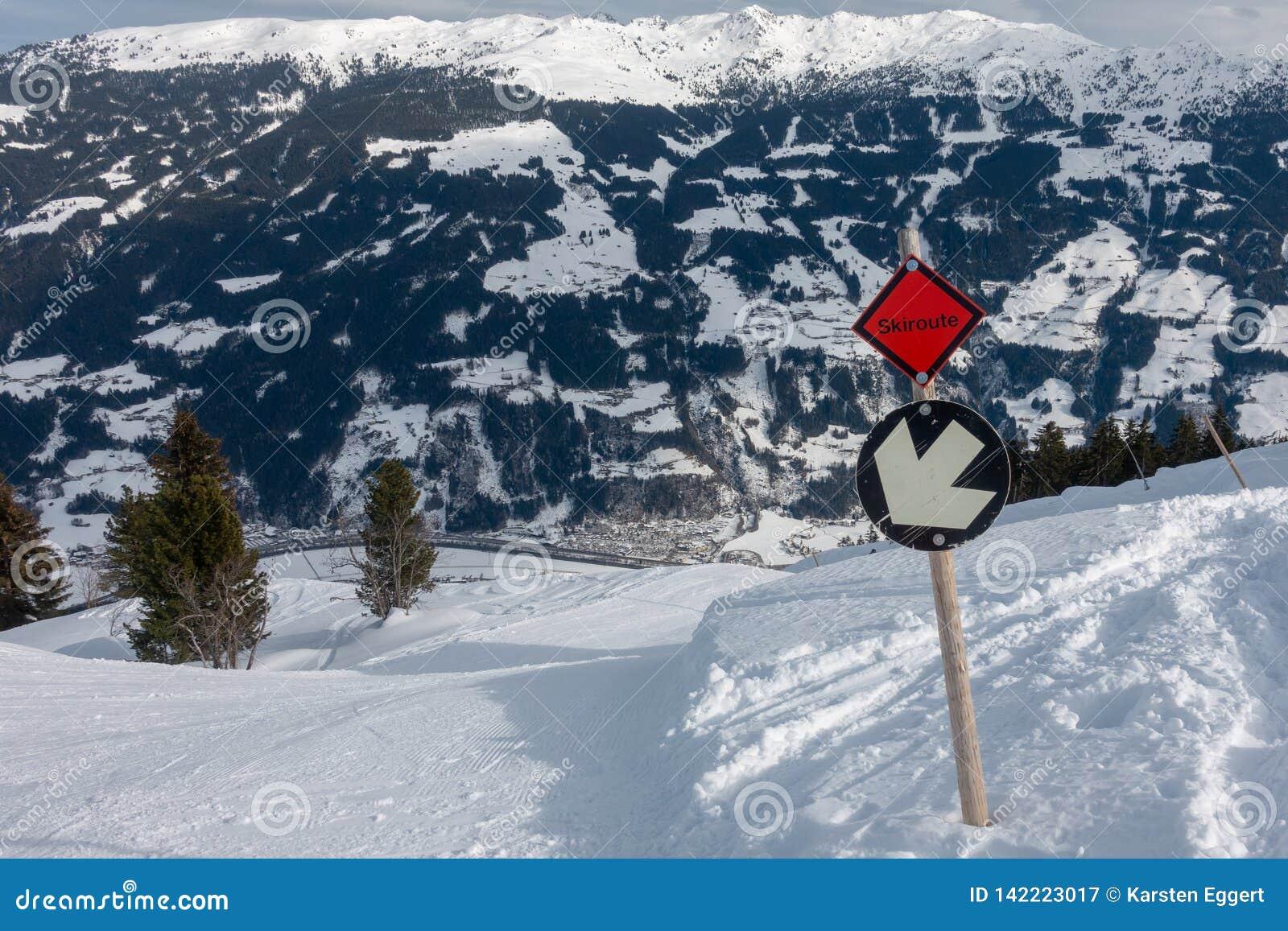 Área do esqui em Áustria com tempo fantástico