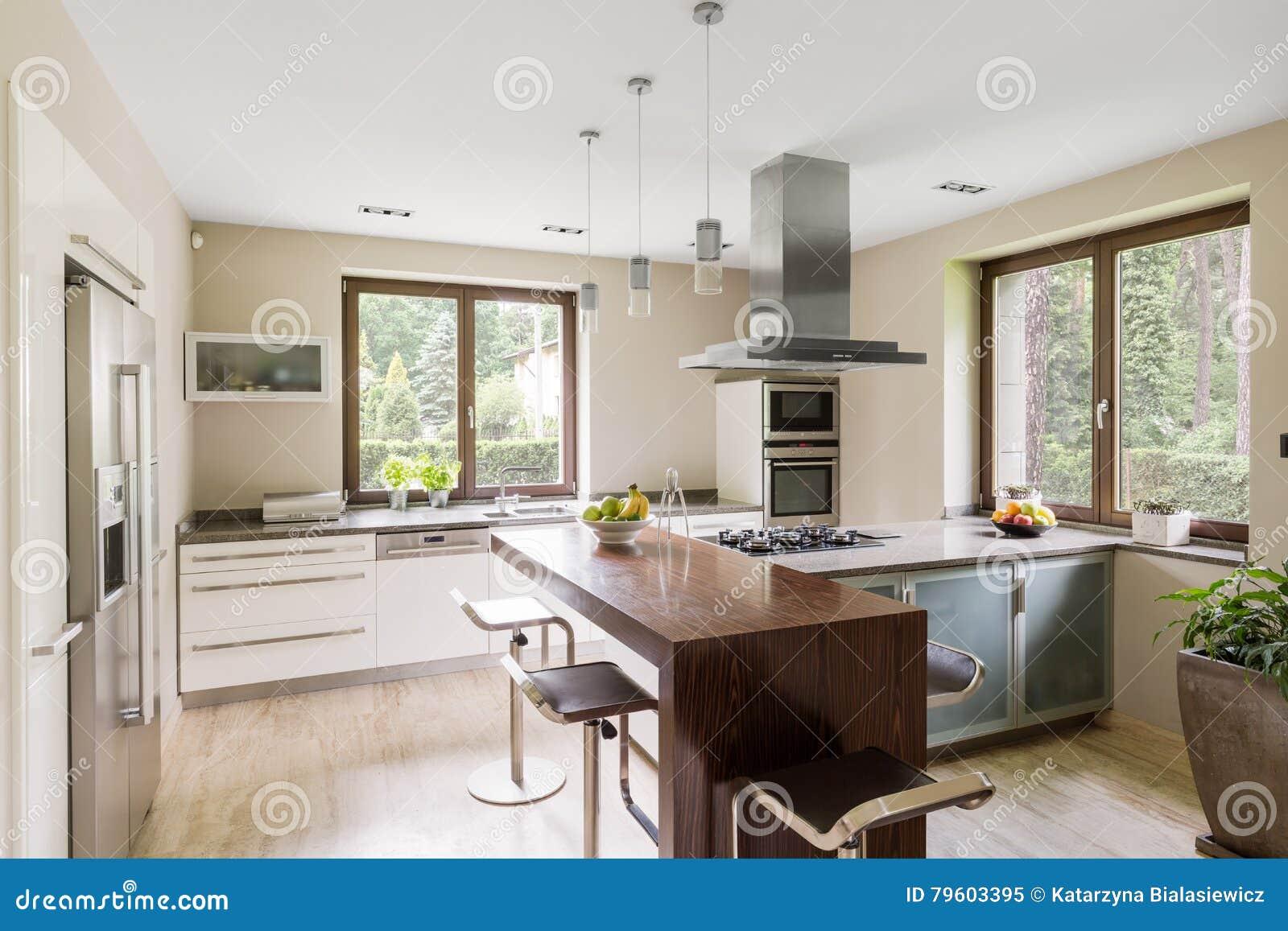 Área espaçoso da cozinha
