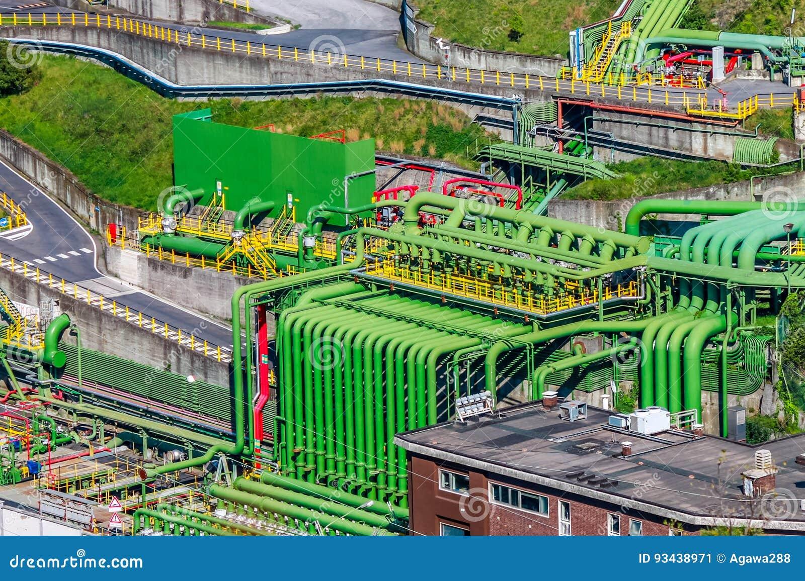 Área industrial del almacenamiento de aceites minerales con los tubos coloridos