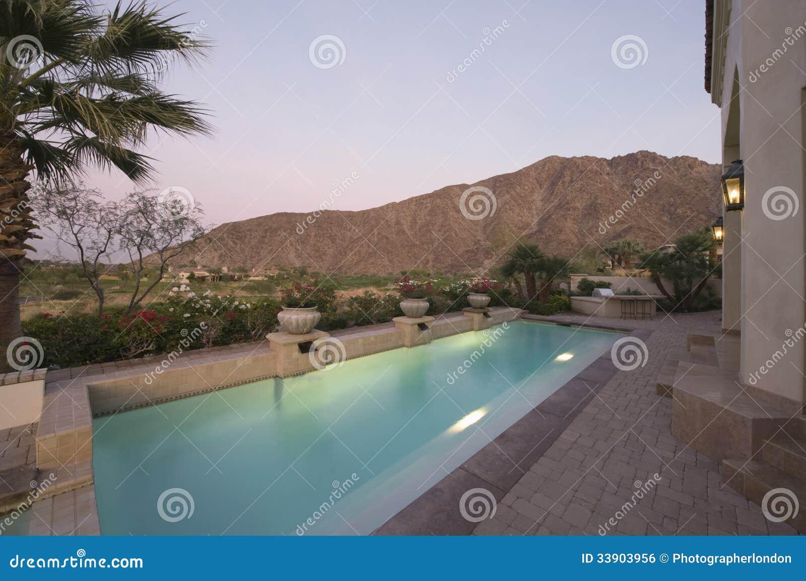 Área pavimentada da piscina da casa