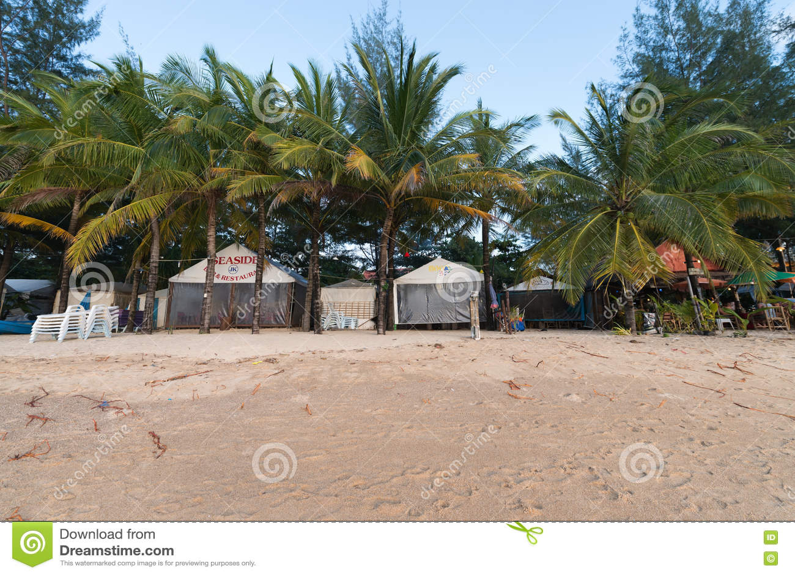 Área Vacía Y Sucia De La Playa Durante Turista Bajo Y La Estación De Lluvias Foto editorial