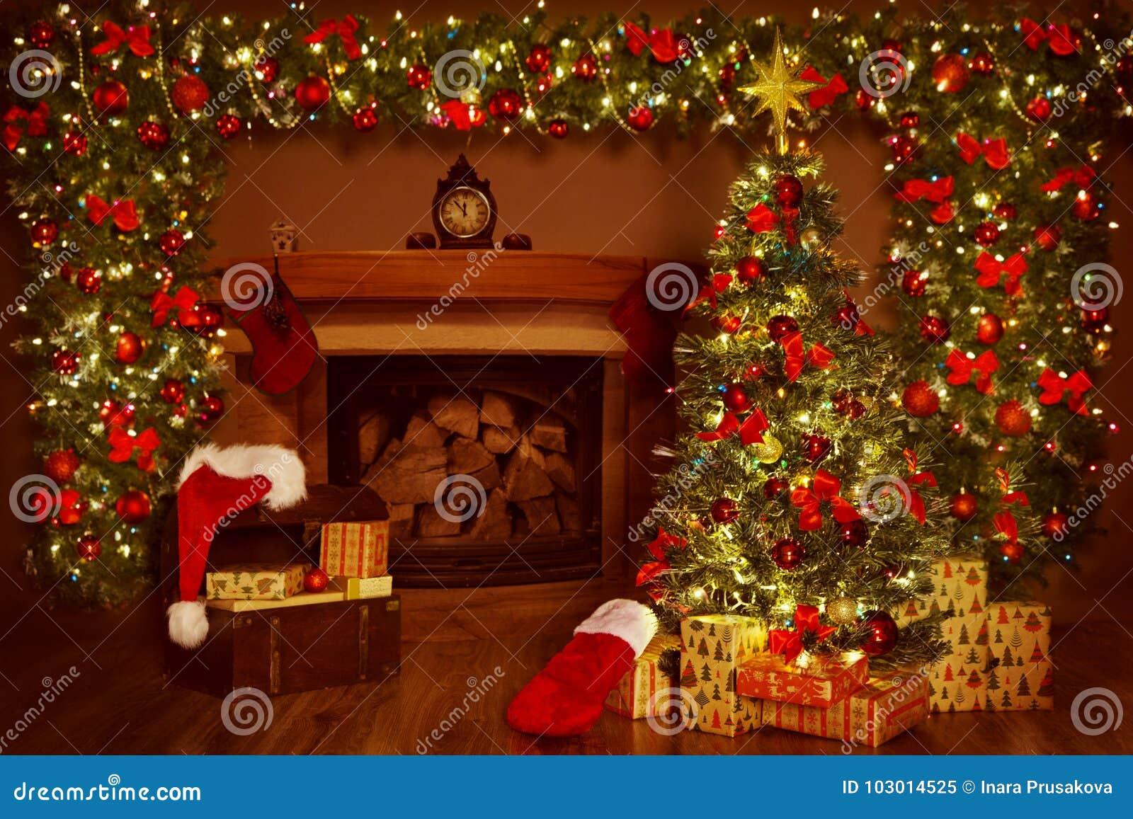 Árvore da chaminé e do Xmas do Natal, decorações dos presentes dos presentes