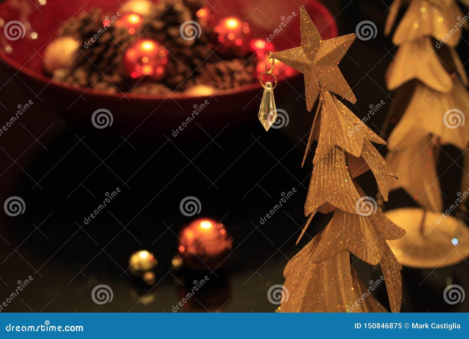 Árvore de Natal de bronze funky com ornamento e brilho