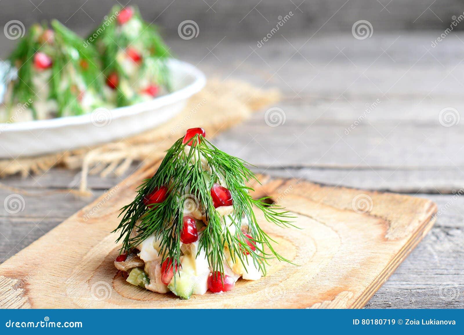Árvore de Natal da salada Salada com a carne, os cogumelos, os pepinos e os ovos decorados com aneto Receita do Natal Fundo de ma