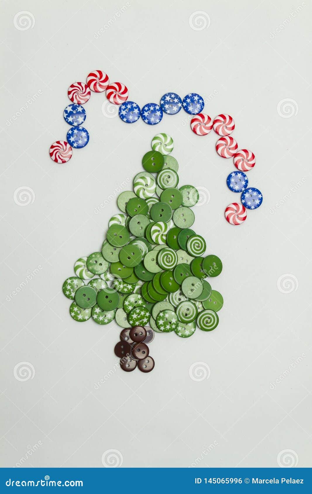 Árvore de Natal feita com botões coloridos e a bandeira americana no fundo branco