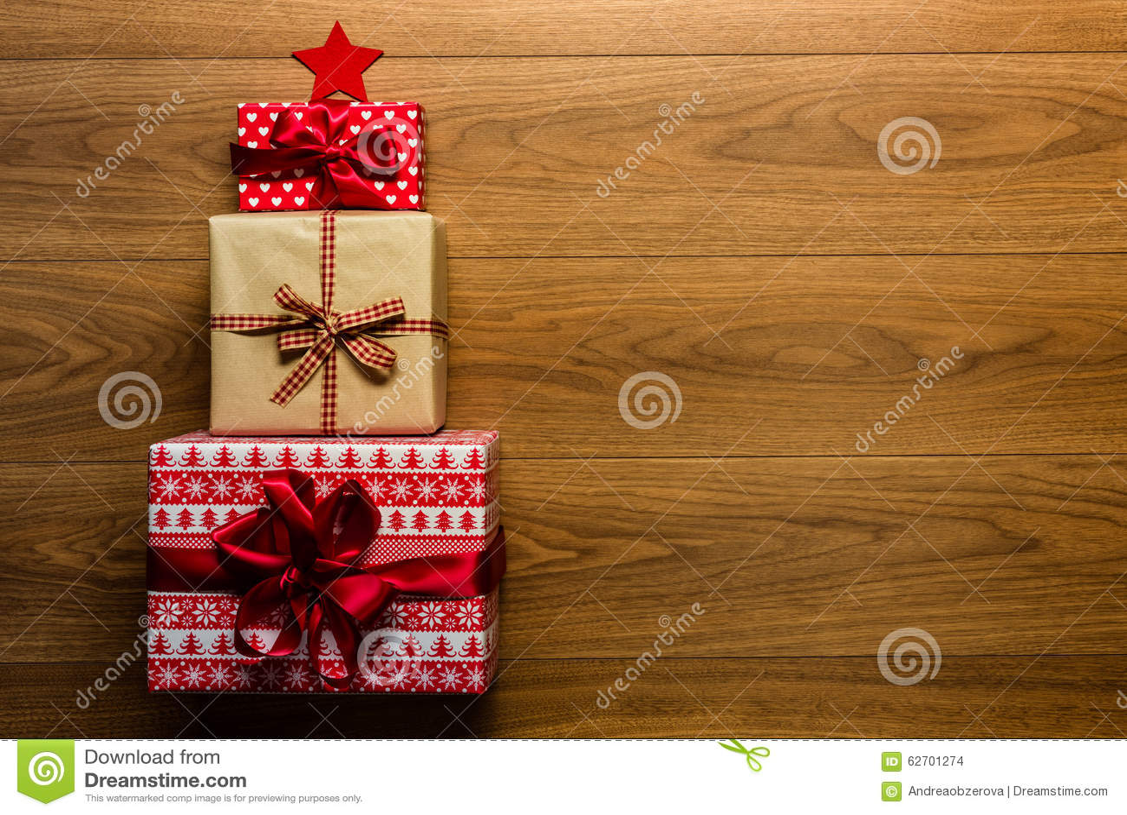 Árvore de Natal feita de presentes belamente envolvidos no fundo de madeira