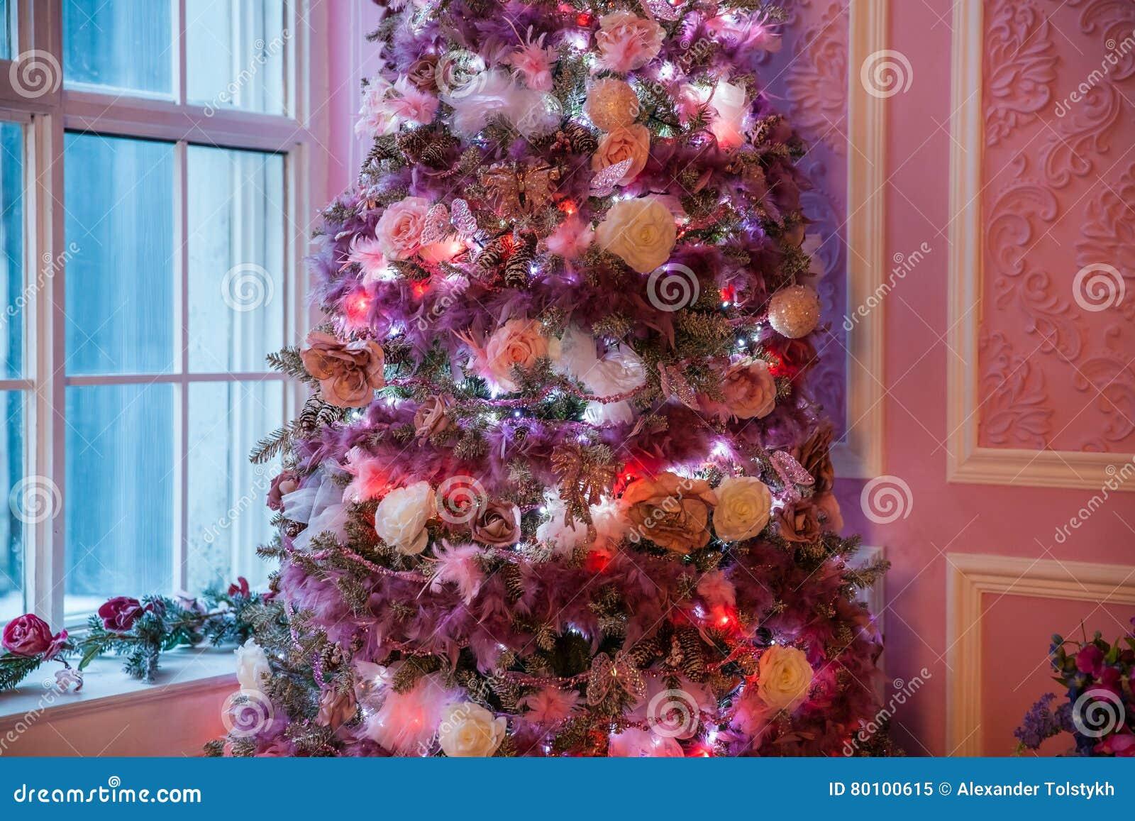 Árvore do ano novo decorada em brinquedos cor-de-rosa