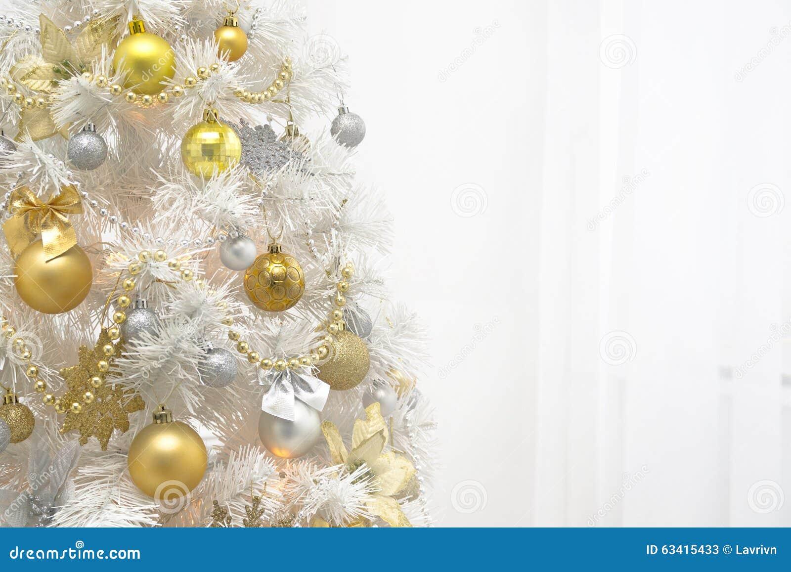 Árvore do White Christmas com a decoração do ouro no fundo branco