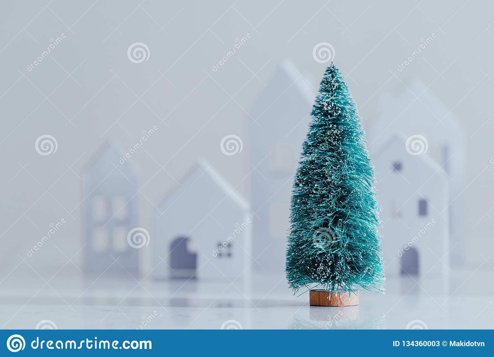 A árvore e a casa de Natal fizeram do papel branco do ofício handicraft Fundo branco