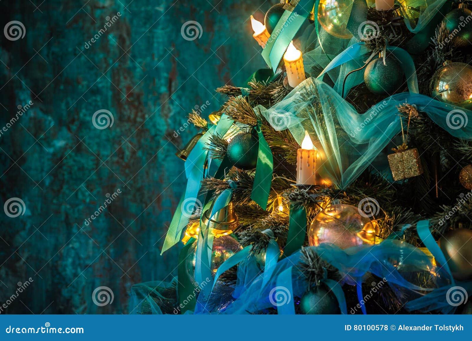 Árvore verde do ano novo decorada
