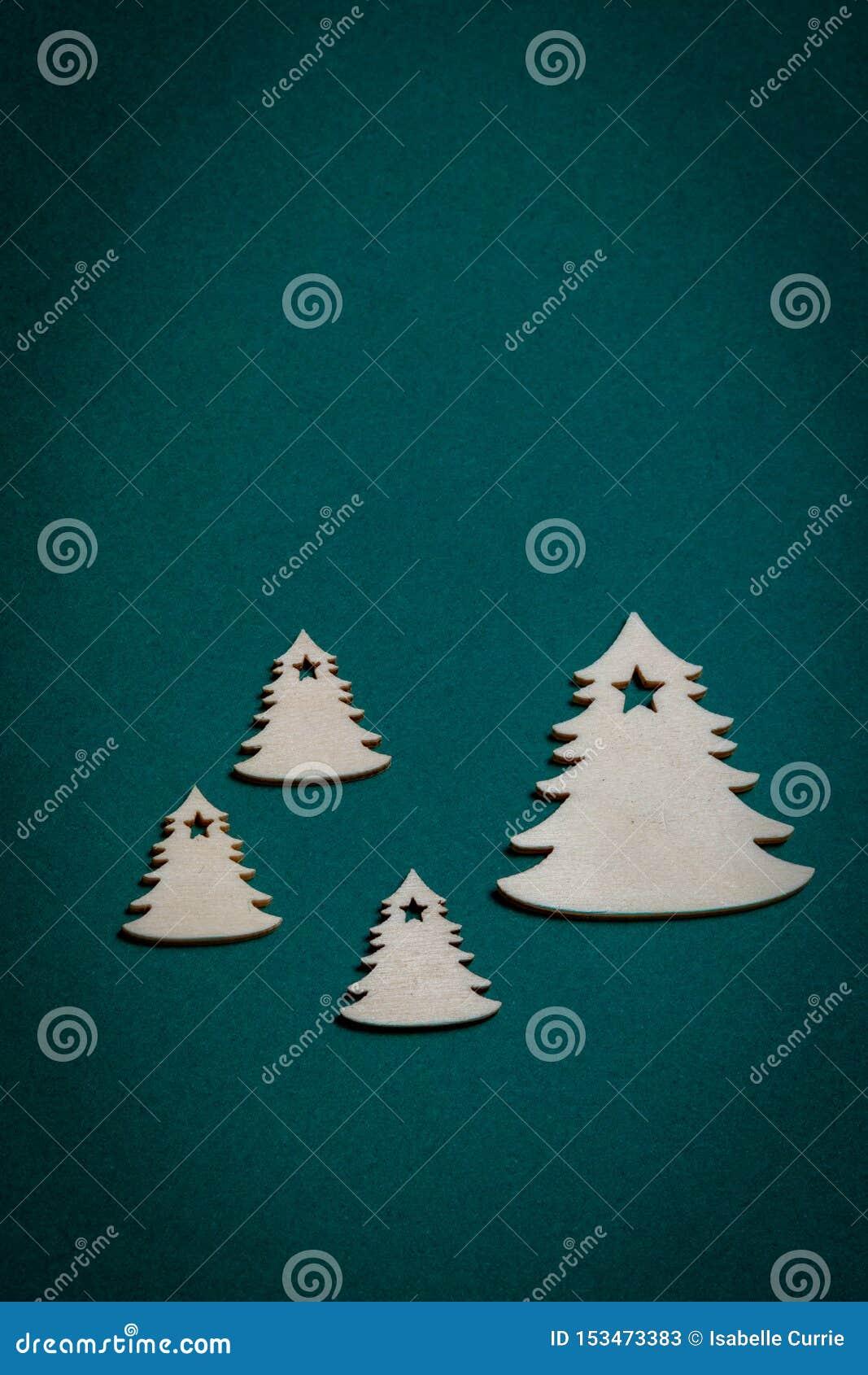 Árvores de Natal de madeira no fundo verde do Natal