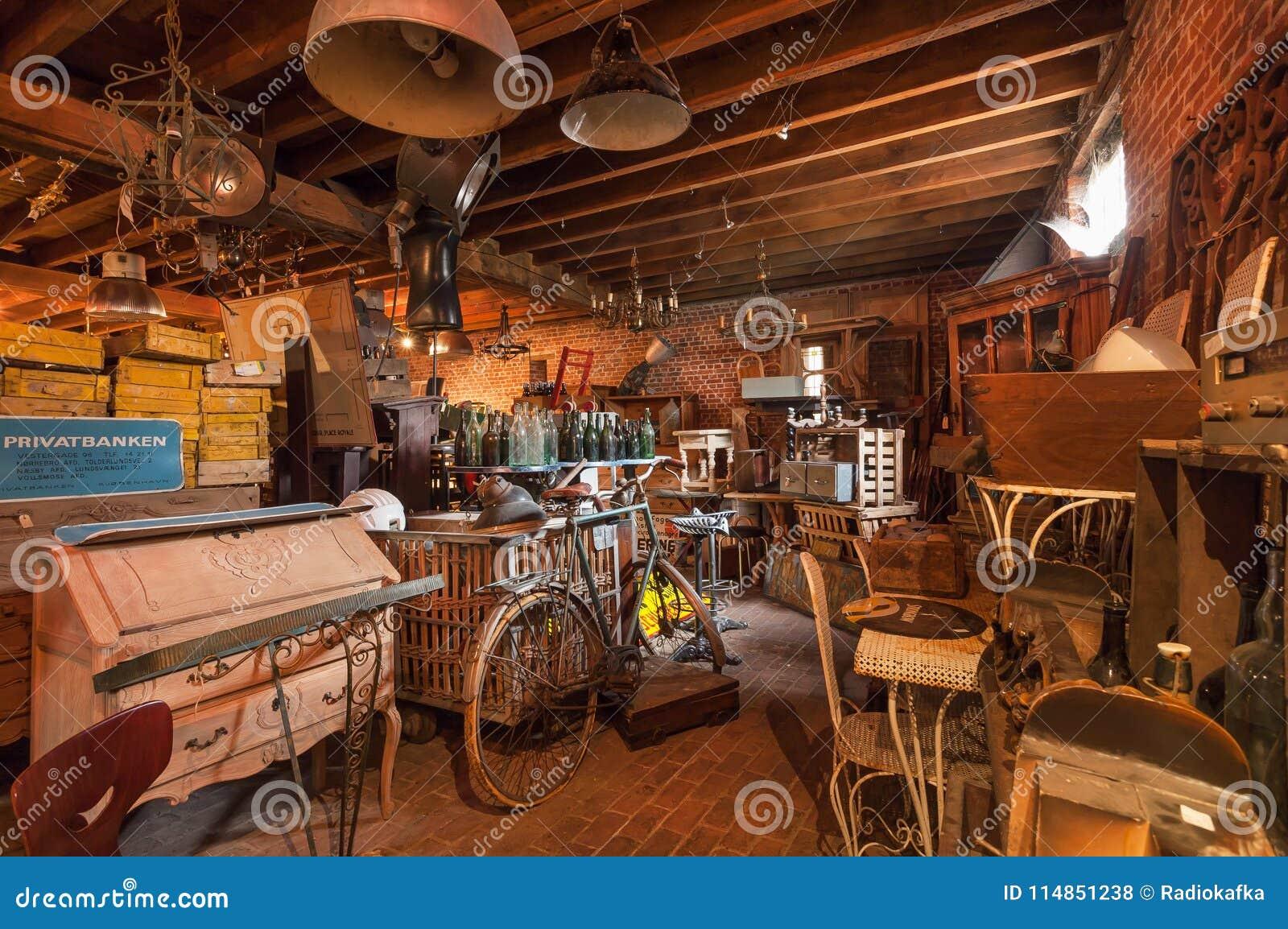 Tico de la tienda antigua vieja con muchos utensilio del vintage decoraci n muebles de madera - Desvan vintage ...