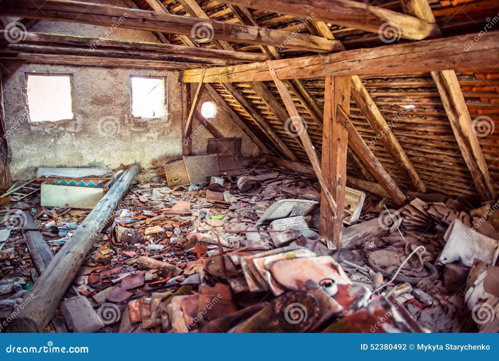 Tico de madera abandonado oxidado de la casa foto de - Aticos de madera ...