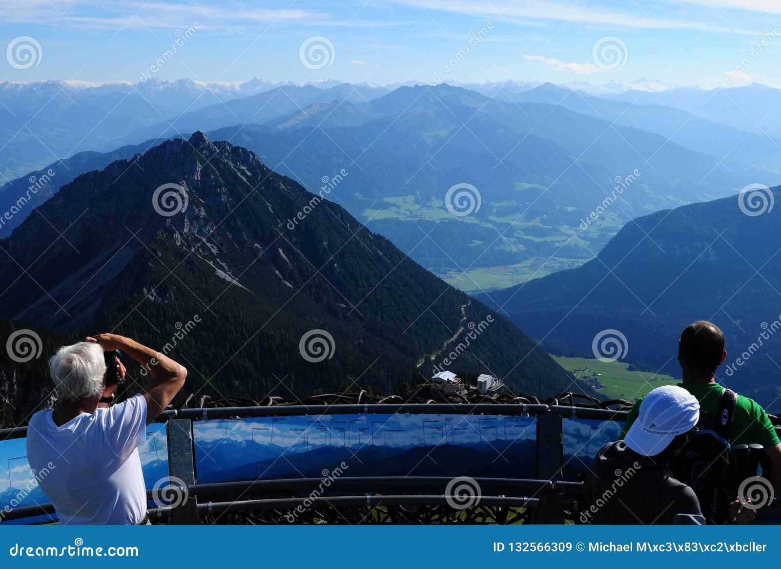 Áustria: Vista panorâmica das montanhas de Rofan em Achensee a
