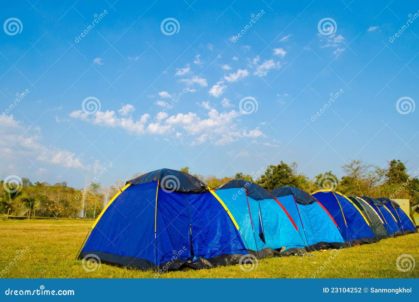 ⢠Stütze durch Zelt Sankamphaeng am heißen Brunnen.