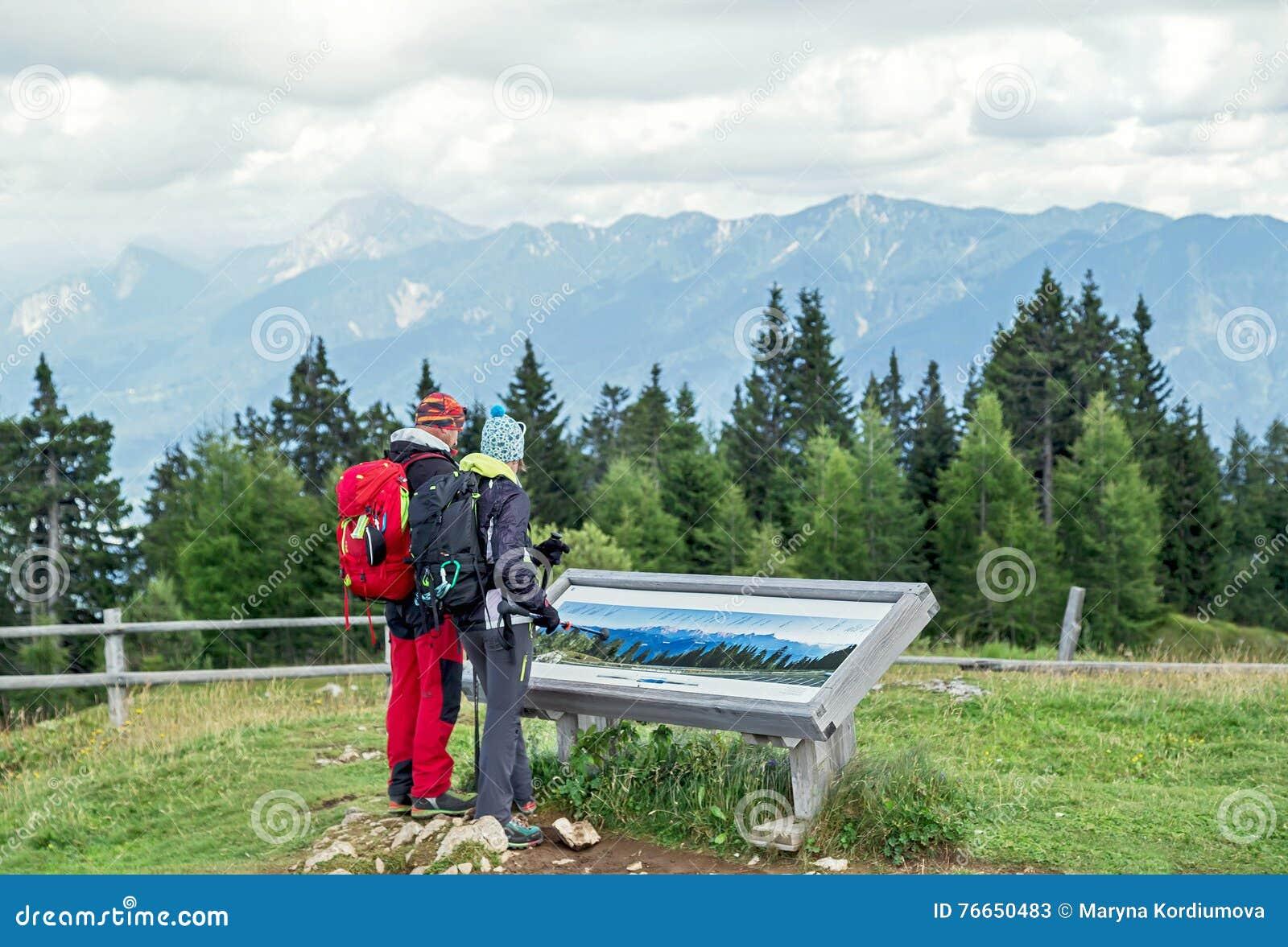 """€ Villachs, Österreich """"am 11. August 2016: Junger Paartourist, der zusammen in den österreichischen Alpen wandert"""