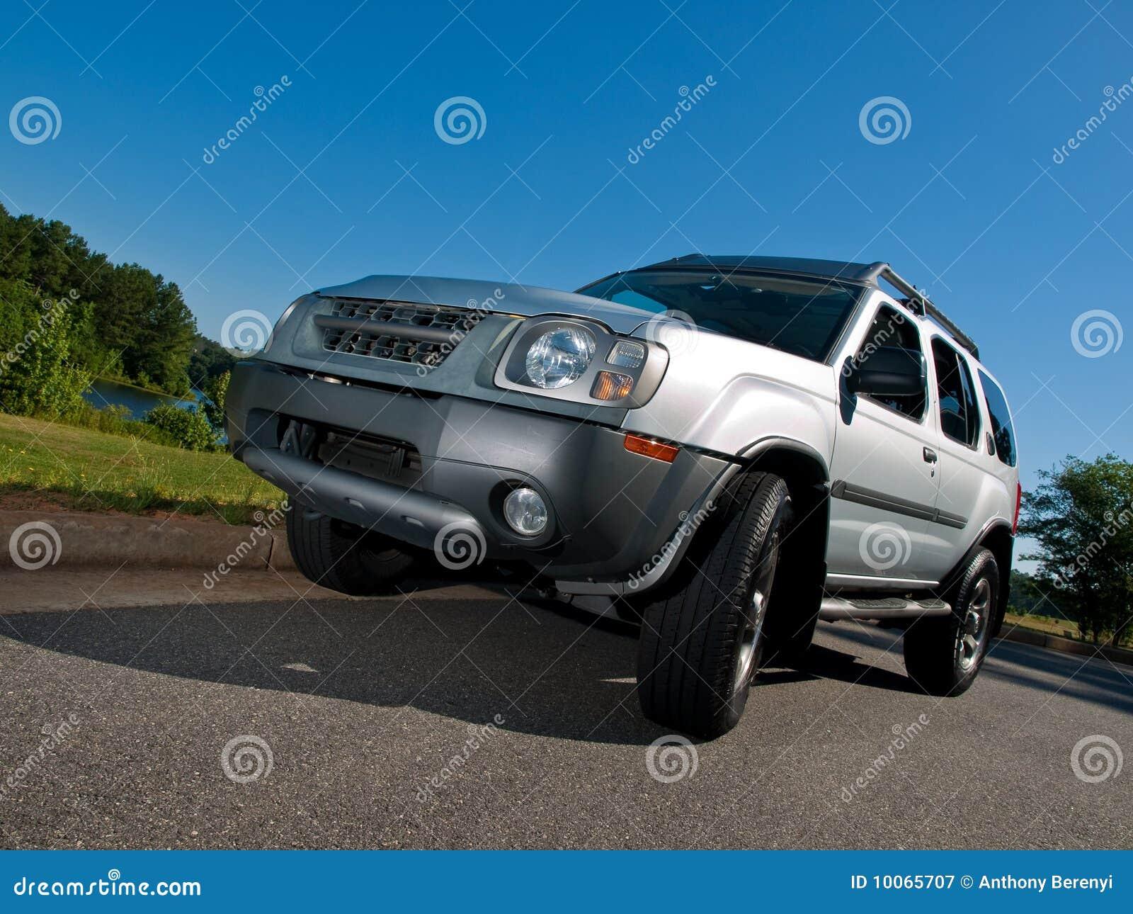Ângulo do pavimento do veículo utilitário de desporto de prata baixo