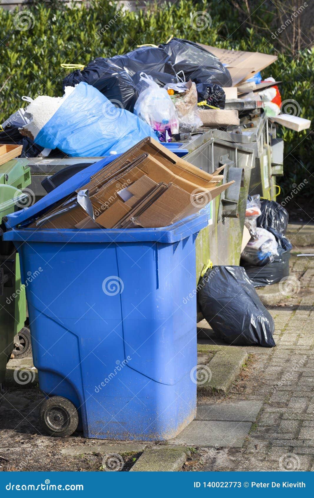 Überbelastete Abfallbehälter