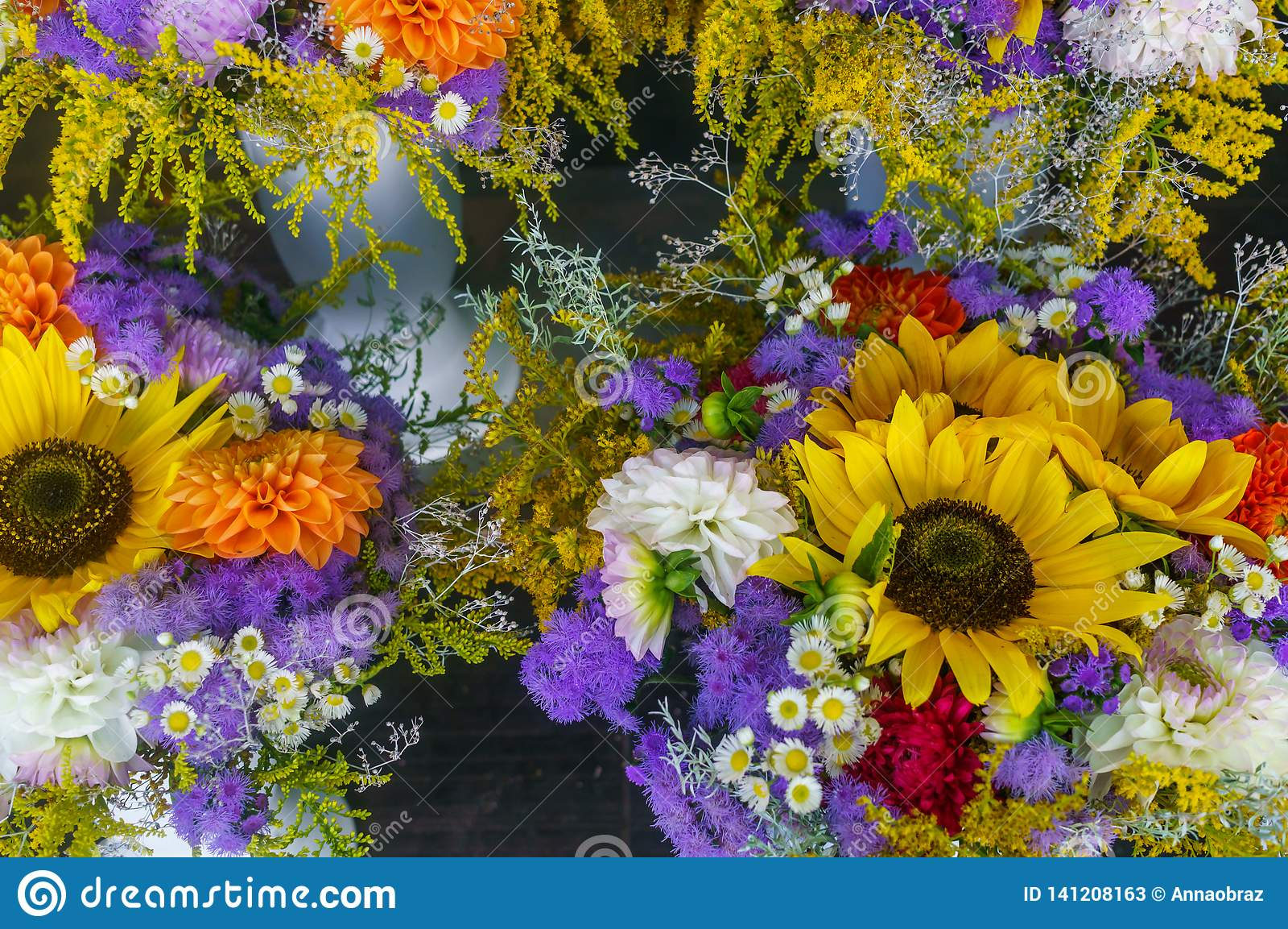 不同的花五颜六色的花束的特写镜头