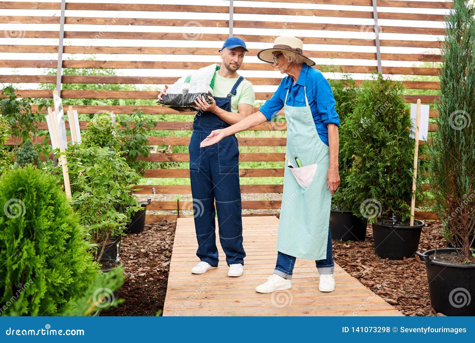 两名工作者在庭院里