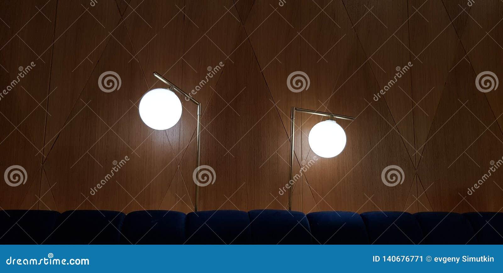 两盏圆的灯在高腿发光