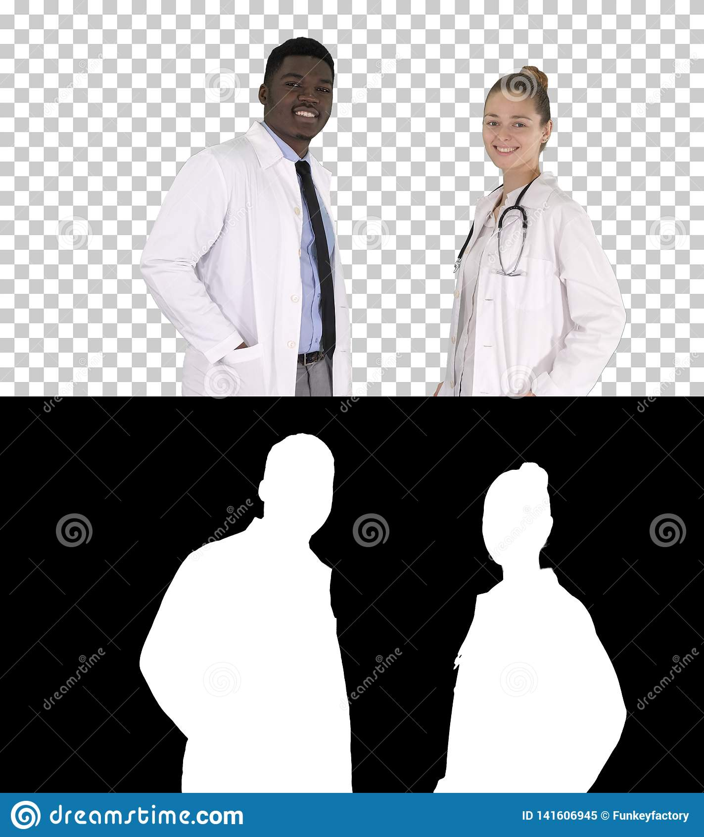 两白种人和浏览照相机,阿尔法通道的美国黑人的微笑的医生身分