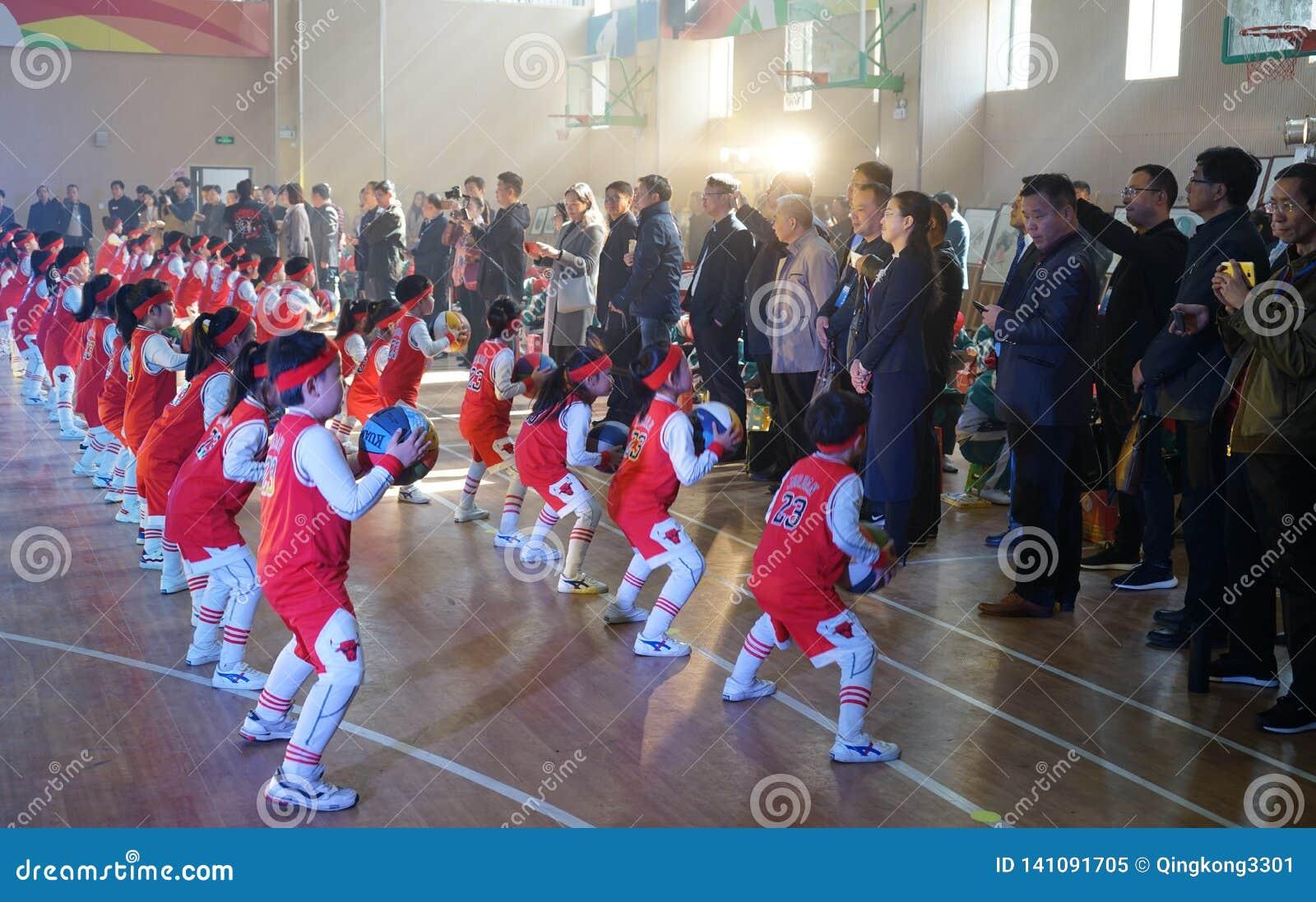 中国学生执行领导的篮球体操