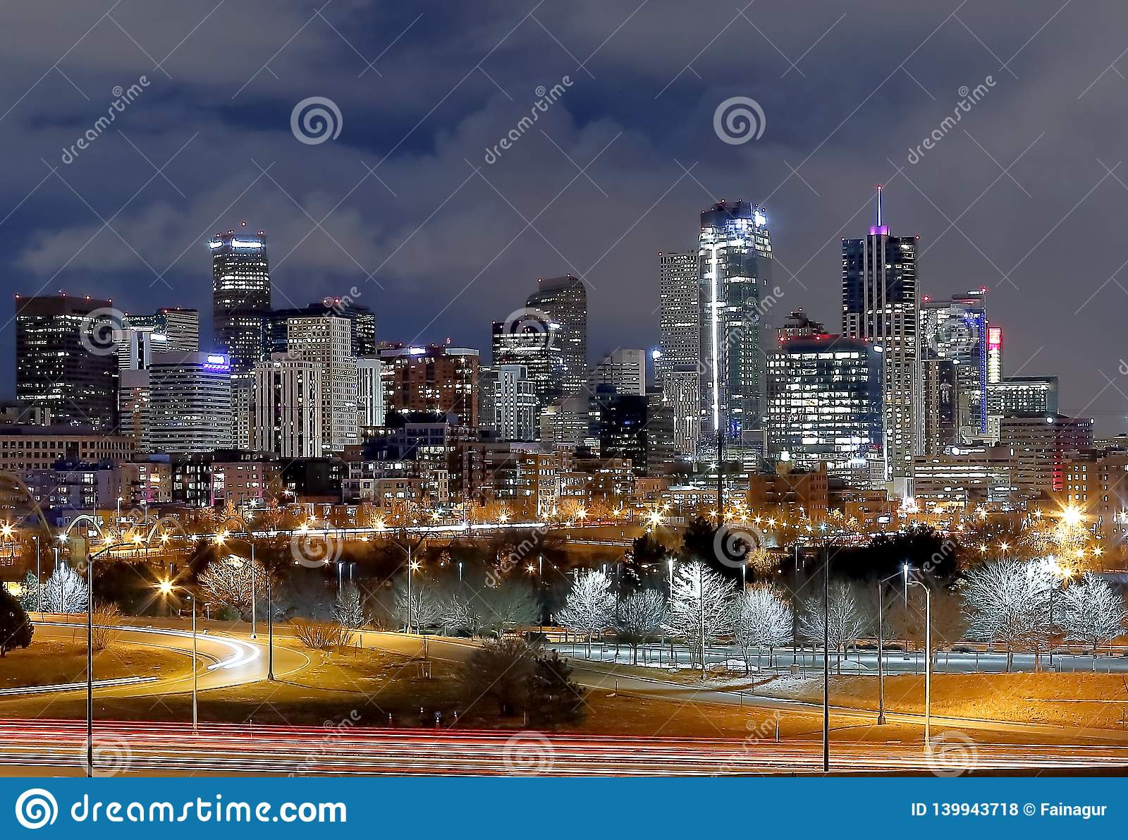 丹佛街市全景在冬天晚上