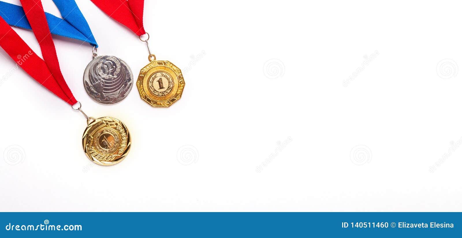 与丝带的金和银牌在白色背景