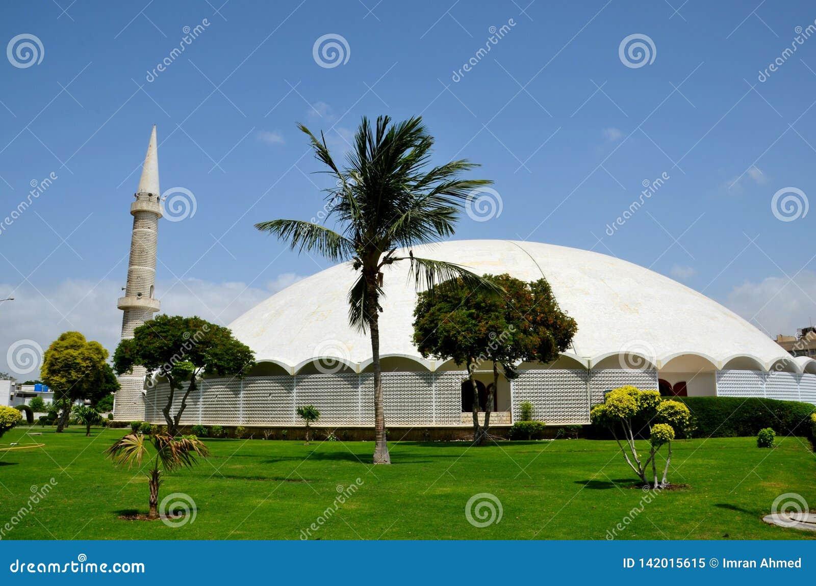 与大理石圆顶尖塔和庭院防御卡拉奇巴基斯坦的Masjid Tooba或圆的清真寺