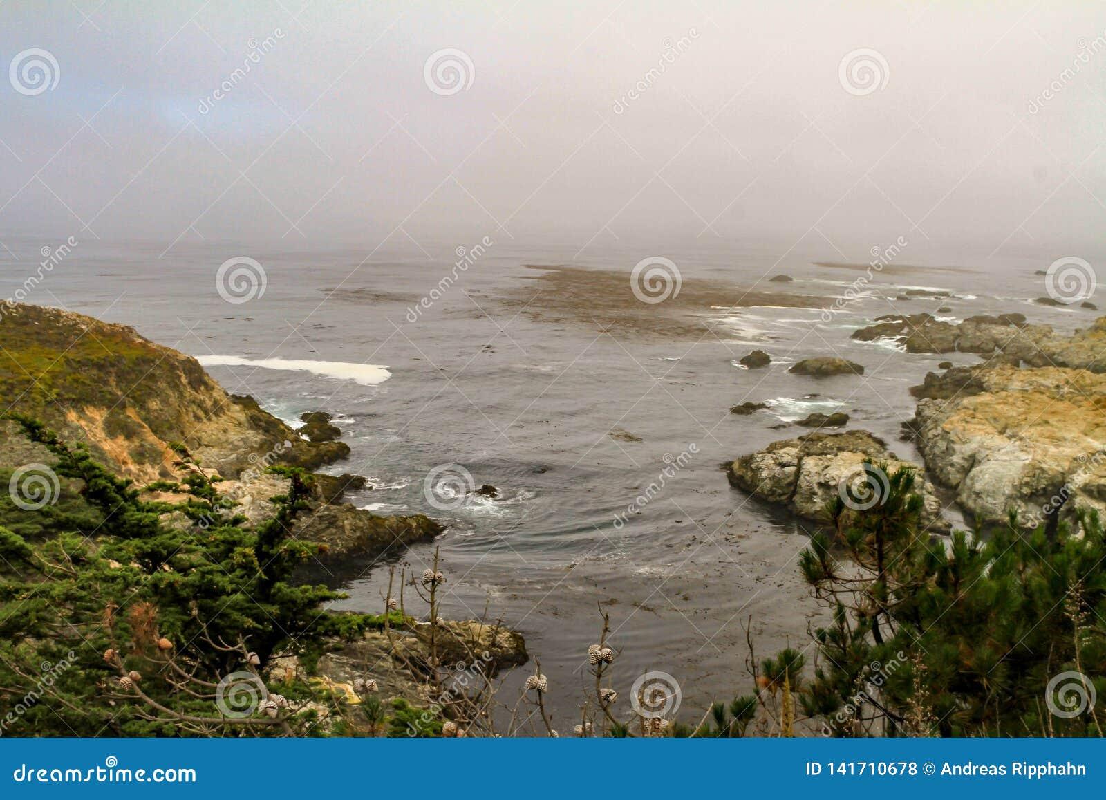 与岩石的美丽如画的海边风景