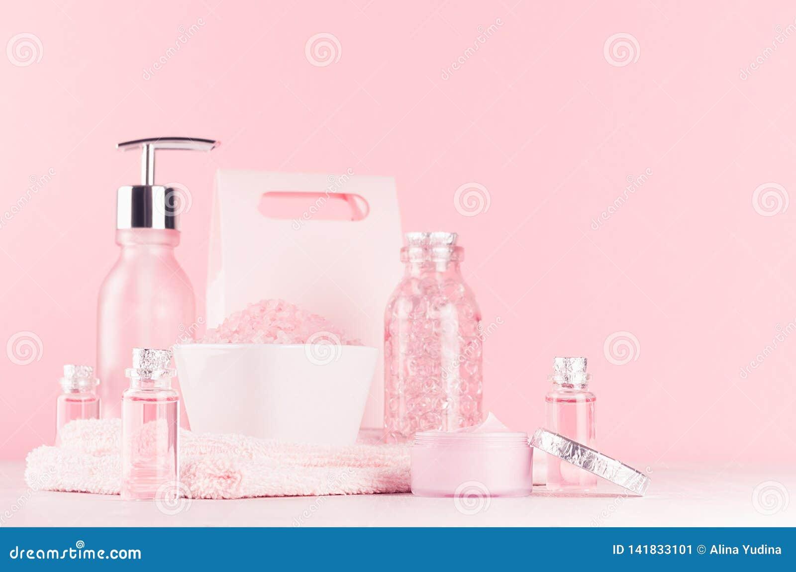 与化妆用品产品的柔和的少女梳妆台-玫瑰油、腌制槽用食盐、奶油、香水、棉花毛巾、瓶和碗